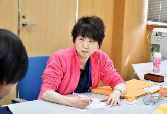 東日本大震災直後から被災した子どもたちの診療を続ける八木淳子医師。「子どもは大人の温かいまなざしのもとで自尊心が守られていれば困難を乗り越える力がある」と語る=岩手県釜石市