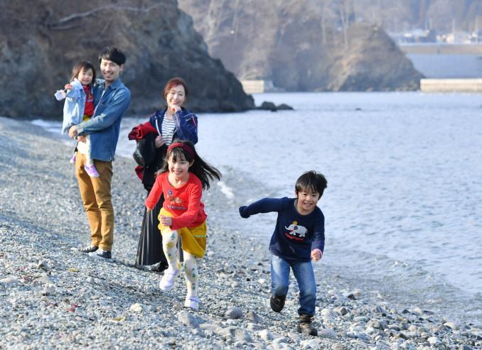 沿岸を中心に暖かい一日となり、コートを脱いで遊ぶ子どもたち