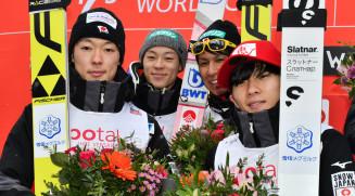 ジャンプ男子団体で今季最高の2位に入った日本のメンバー。左から小林潤志郎、小林陵侑、葛西紀明、佐藤幸椰=オスロ