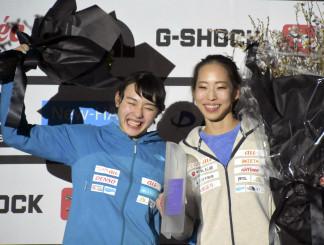 女子の表彰式で喜ぶ、優勝した野口啓代(右)と2位の伊藤ふたば=埼玉県入間市