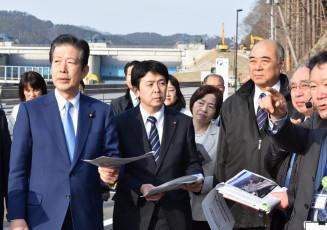 市職員から復興状況の説明を受ける山口那津男代表(左)=10日、釜石市鵜住居町