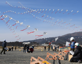 震災犠牲者へ追悼の思いを込めてたこを揚げる参加者