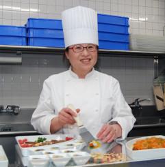 「現地の食材を使って日本の料理を作るのは大変だけど楽しみ」と意気込む吉田真紀さん