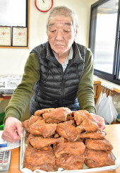 ぱりっとした食感が人気の唐揚げ。深見靖也店主は「変わらない味を提供したい」と決意を新たにする