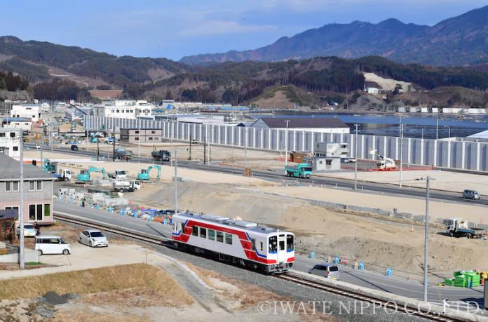 【試運転】復興へ歩む地域を走る三陸鉄道の車両=2019年1月28日、山田町飯岡