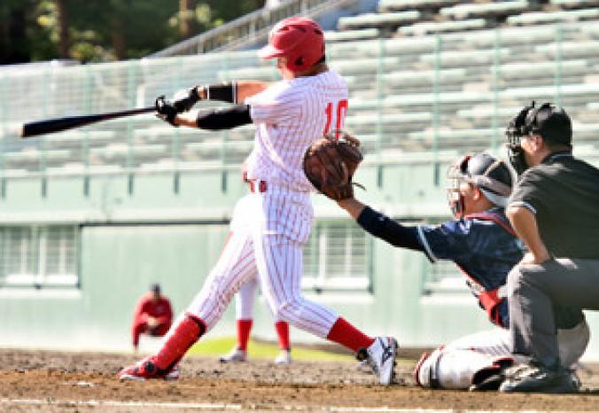富士大-青森大 3回裏、富士大1死三塁、楠が左中間を破る適時打を放ち、3-0とリードを広げる=花巻