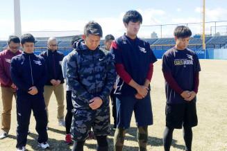東日本大震災の犠牲者を悼み、黙とうするプロ野球楽天の選手たち=11日、静岡市の静岡県草薙総合運動場野球場