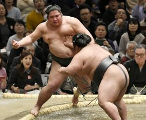 貴景勝に押し出しで敗れた錦木(左)