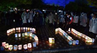 「3・11」をかたどった夢灯りをともし、被災地に思いを寄せる参加者