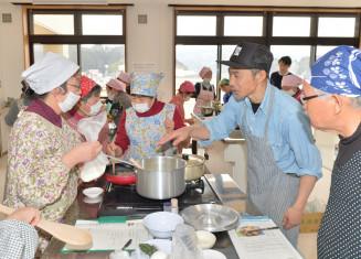 佐藤沢一彦さん(右から2人目)の指導でオランダの家庭料理を作る参加者