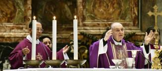 バチカンのサンピエトロ大聖堂でミサを執り行うコマストリ枢機卿(右)と菅原裕二・法王庁立グレゴリアン大学教会法学部長=11日(共同)