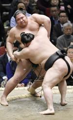 錦木(左)が渡し込みで豪栄道に敗れる