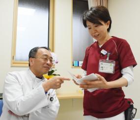 14日の相談窓口開設に向けて打ち合わせをする岩井直路所長(左)と藤井縁看護師