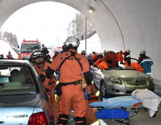 トンネル内での正面衝突事故を想定した救助訓練に当たる消防隊員