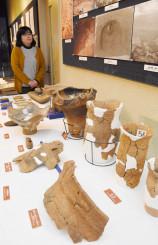 東北道建設に伴い調査発掘された出土品を展示する八幡平市博物館のトピック展