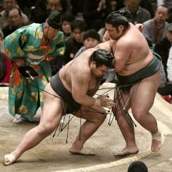 錦木(右)が寄り切りで高安に敗れる=エディオンアリーナ大阪
