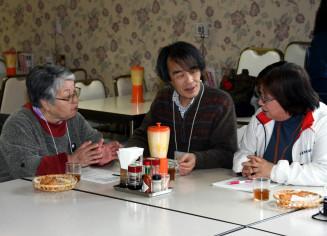 町内会員らと会話を楽しむ被災者(左)