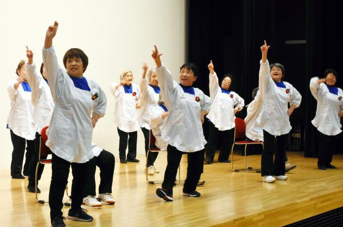 新メンバー3人も交え、健康の集いで踊りを披露する一中仮設BAPPAダンサーズ