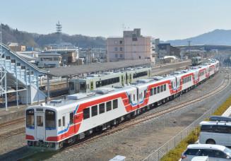 8両を特別に連結した三陸鉄道の新車両。1週間後にリアス線が全線開通する=15日、宮古市宮町