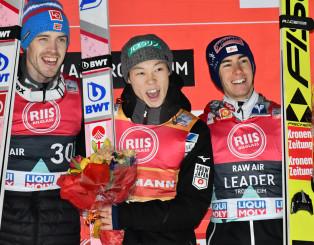ヒルサイズ越えの大ジャンプをそろえた勝利に笑顔がはじける小林陵侑(中央)