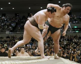 白鵬(左)が寄り切りで錦木を下す=エディオンアリーナ大阪