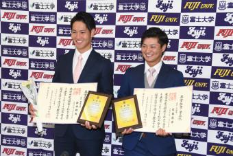 学位証を手に笑顔を見せる楽天の鈴木翔天(左)と西武の佐藤龍世