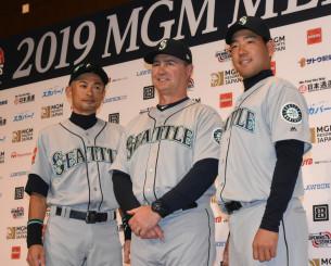 記者会見後に写真撮影に応じる(左から)マリナーズのイチロー、サービス監督、菊池雄星=16日、東京都内のホテル