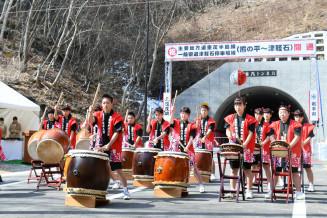 開通式典でトド埼太鼓を披露し、開通を祝う重茂中生徒ら
