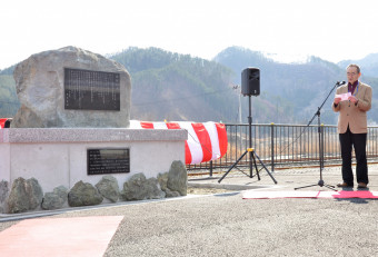 除幕された宮沢賢治の詩碑の前で「旅程幻想」を朗読する宮村通典さん