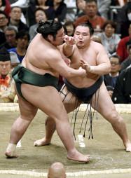 鶴竜に攻められる錦木(左)。はたき込みで敗れる=エディオンアリーナ大阪