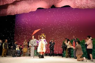 おいらん道中の開催までの奮闘を描いた北上市民劇場の一場面