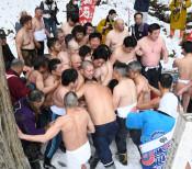 平成最後の肉弾戦熱く 花巻で早池峰神社蘇民祭