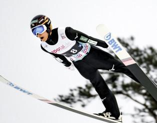 1回目、小林陵侑は最長不倒の241・5メートルを飛び、自己ベストを更新する=ビケルスン(共同)