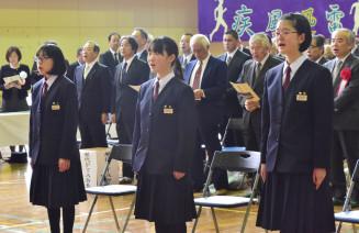学びやへの愛惜を込め校歌を歌う(前列左から)阿部美結羽さん、梅原彩奈さん、梅原彩乃さん