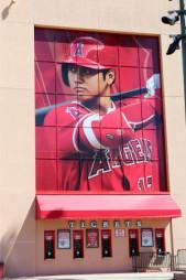 米大リーグ、本拠地エンゼルスタジアム正面上部に登場した大谷翔平の巨大写真=アナハイム(共同)