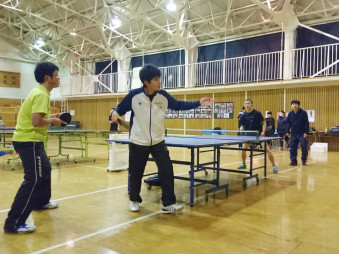 岩瀬張卓球クラブで練習に励む生徒たち。学校が閉校した岩瀬張地区で、若者が集う貴重な場になっている
