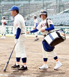甲子園練習で、関口清治監督にボールを渡す足野友祐マネジャー(右)=20日、甲子園球場