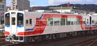 青、赤、白のシンボルカラーで親しまれている三陸鉄道の車両。京都市の叡山電鉄でも同様に塗装した車両の運行を始める=岩手県内