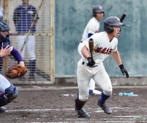 サヨナラ本塁打を含む2安打を放った盛岡大付の佐々木俊輔(右)=奈良県天理市・親里球場