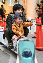 新幹線の乗車体験を楽しむ親子