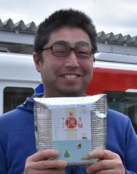 町の飲食、食品加工業者らが中心となって開発し、23日から発売する土産用の「大槌磯ラーメン」をPRする阿部敬一さん
