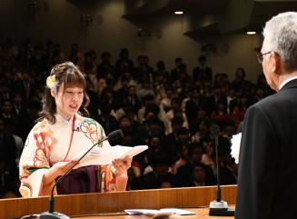 卒業生を代表して答辞を述べる安田奈央さん(左)