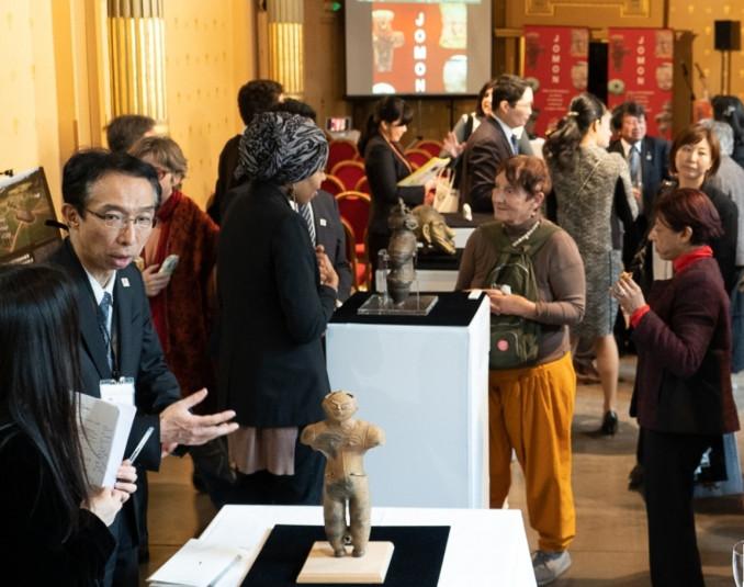 土偶のレプリカなどを展示し、縄文文化をアピールしたパリのイベント(縄文遺跡群世界遺産登録推進本部提供)