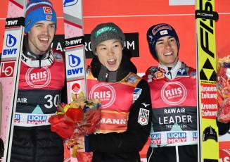 ノルディックスキーのワールドカップジャンプ男子個人第25戦(ヒルサイズ=HS138メートル)で通算12勝目を挙げ喜ぶ小林陵侑(中央)