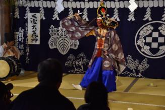荒神を披露する和賀大乗神楽保存会のメンバー