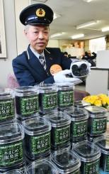 「高品質な木炭で、玄関先などに置いてほしい」とPRする駒木健次宮古副駅長