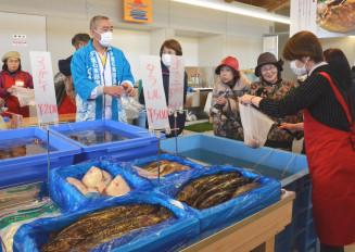新鮮な海産物などを買い求める人でにぎわった鵜の郷交流館