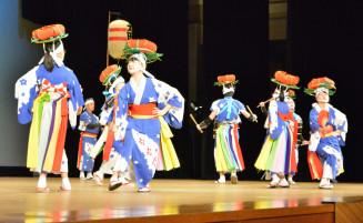 2人一組で向かい合って踊るさんさ伝承会太田太鼓のメンバー