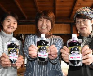 ガーデンハックルベリーのソースを発売した(左から)高橋咲子さん、佐藤香子代表、後藤えり子さん
