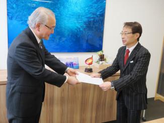 藤尾善一副市長から要望書を受け取る早瀬恵三社長(右)